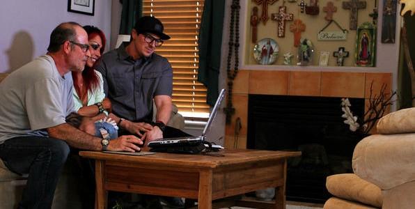 Zak se encuentra con Mark y Debbie Constantino y juntos revisan las pruebas capturadas.
