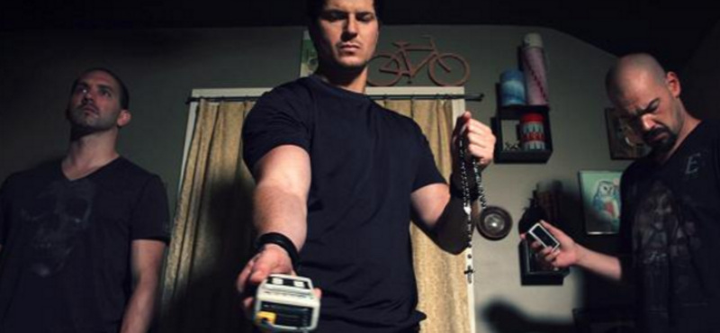 Zak Bagans con un Melmeter (detector electromagnetico)