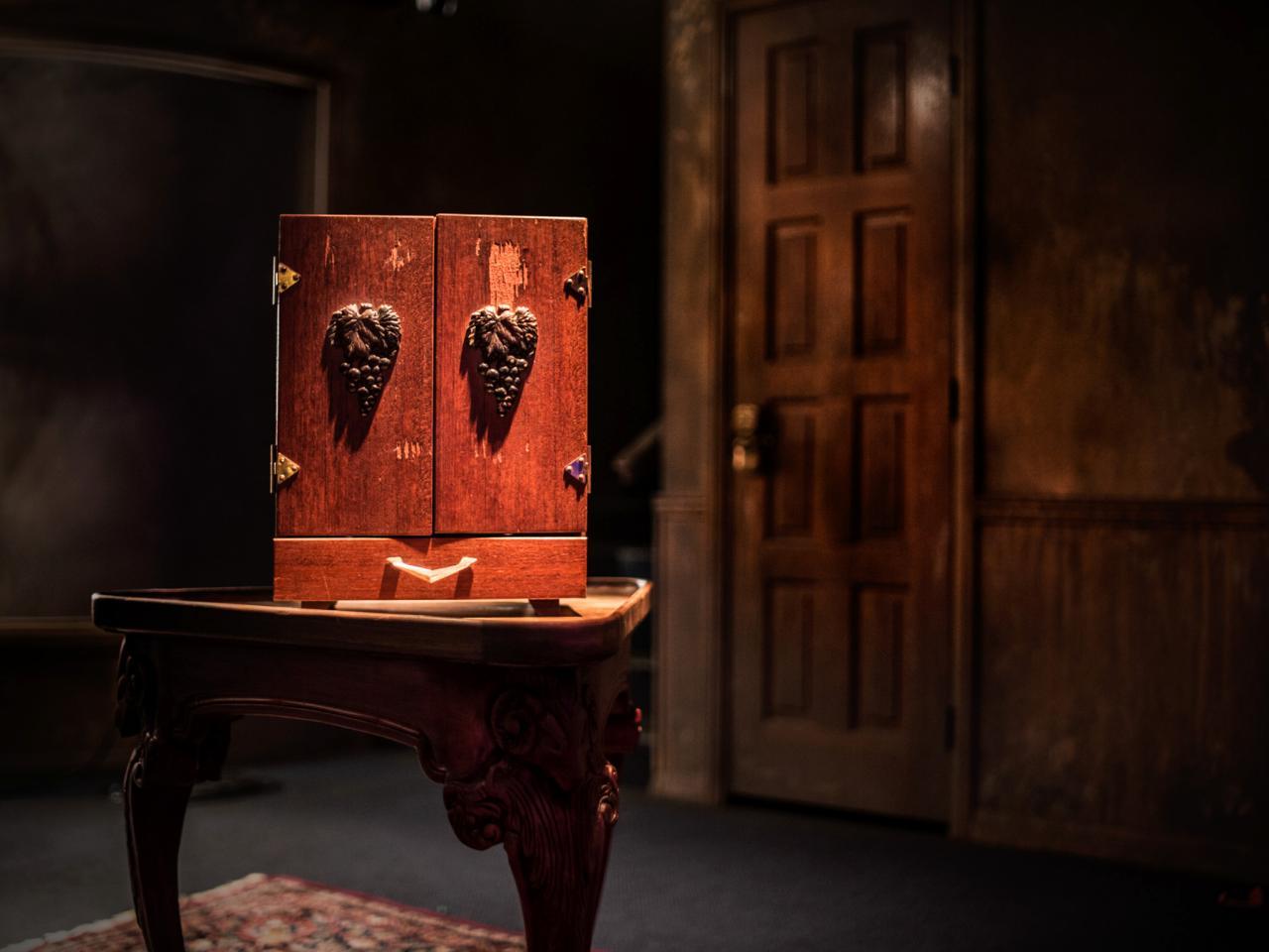 La caja se encuentra habitado por un Dybbuk; un espíritu judío